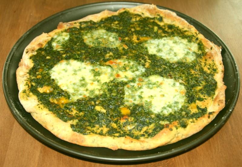 Spinatpizza mit Mozzarella