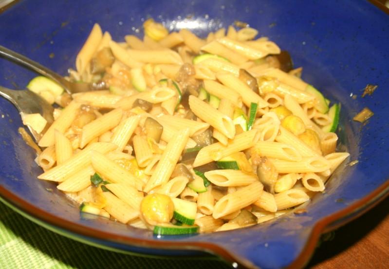 Warmer Nudelsalat mit Aubergine, Rosenkohl und Zucchini