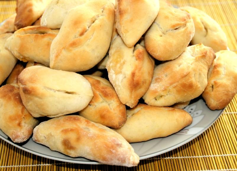 Russische Piroggen mit Kartoffelfüllung oder Kartoffelpiroschki