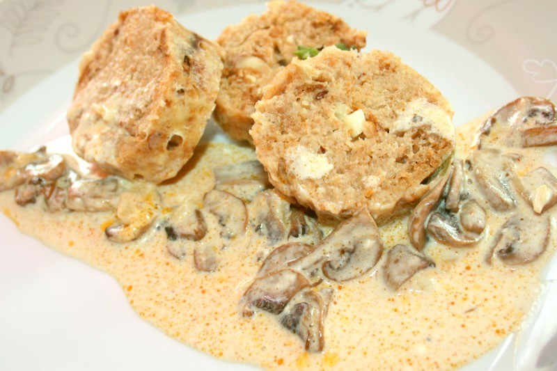 Brotknödel mit Champignonsoße